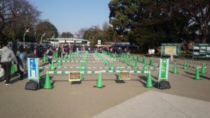 すでの混雑している上野動物園表門